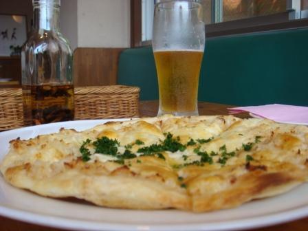 ガーリックピザ&ビール.JPG